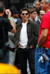 Tom Cruise - on the set of 'Oblivion' outside at the Empire State Building - June 12, 2012 - 376xHQ SWptTZsS