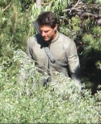 Tom Cruise - on the set of 'Oblivion' in June Lake, California - July 10, 2012 - 15xHQ IyuCtVeU