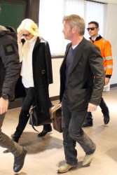 Sean Penn - Sean Penn and Charlize Theron - depart from Rome after a Valentine's Day weekend - February 15, 2015 (37xHQ) UvAuxtME