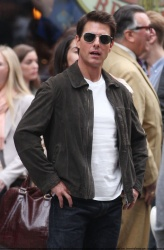 Tom Cruise - on the set of 'Oblivion' outside at the Empire State Building - June 12, 2012 - 376xHQ OxNSh3EN