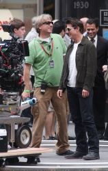 Tom Cruise - on the set of 'Oblivion' outside at the Empire State Building - June 12, 2012 - 376xHQ KIDxwsRv