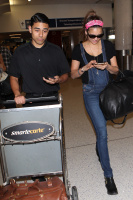 Nina Dobrev at LAX Airport (March 27) 0dzIKfxz