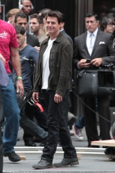 Tom Cruise - on the set of 'Oblivion' outside at the Empire State Building - June 12, 2012 - 376xHQ BHCiGYty