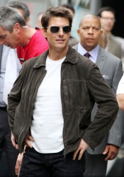 Tom Cruise - on the set of 'Oblivion' outside at the Empire State Building - June 12, 2012 - 376xHQ Usta1pwW