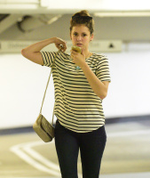 Nina Dobrev heads to a medical building chatting on her cell (June 03) B6I9KsnD