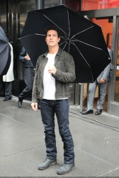 Tom Cruise - on the set of 'Oblivion' outside at the Empire State Building - June 12, 2012 - 376xHQ 5HofL324