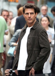 Tom Cruise - on the set of 'Oblivion' outside at the Empire State Building - June 12, 2012 - 376xHQ BKi7YN8Z