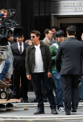 Tom Cruise - on the set of 'Oblivion' outside at the Empire State Building - June 12, 2012 - 376xHQ OyI4D1VM