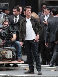 Tom Cruise - on the set of 'Oblivion' outside at the Empire State Building - June 12, 2012 - 376xHQ HYWVcyEp
