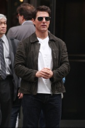Tom Cruise - on the set of 'Oblivion' outside at the Empire State Building - June 12, 2012 - 376xHQ MVSZmXih