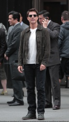 Tom Cruise - on the set of 'Oblivion' outside at the Empire State Building - June 12, 2012 - 376xHQ 9Lnygcj1