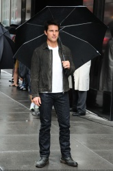Tom Cruise - on the set of 'Oblivion' outside at the Empire State Building - June 12, 2012 - 376xHQ GM45CFaI