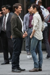 Tom Cruise - on the set of 'Oblivion' outside at the Empire State Building - June 12, 2012 - 376xHQ CmlmQbcY