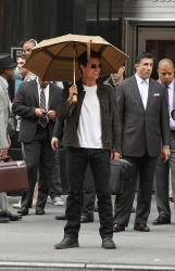 Tom Cruise - on the set of 'Oblivion' outside at the Empire State Building - June 12, 2012 - 376xHQ Hx2NzNxw