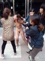 голая на улице