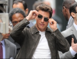 Tom Cruise - on the set of 'Oblivion' outside at the Empire State Building - June 12, 2012 - 376xHQ UB3KAhb2