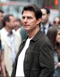 Tom Cruise - on the set of 'Oblivion' outside at the Empire State Building - June 12, 2012 - 376xHQ 6dYDU6Ef