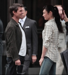 Tom Cruise - on the set of 'Oblivion' outside at the Empire State Building - June 12, 2012 - 376xHQ AcuvOzrH