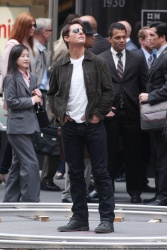 Tom Cruise - on the set of 'Oblivion' outside at the Empire State Building - June 12, 2012 - 376xHQ VJyxVpMc