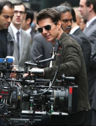 Tom Cruise - on the set of 'Oblivion' outside at the Empire State Building - June 12, 2012 - 376xHQ G33dgyub