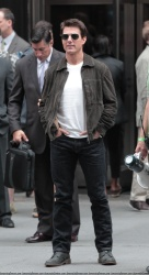 Tom Cruise - on the set of 'Oblivion' outside at the Empire State Building - June 12, 2012 - 376xHQ UMzMShMx