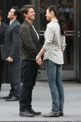 Tom Cruise - on the set of 'Oblivion' outside at the Empire State Building - June 12, 2012 - 376xHQ MbNwCVOF