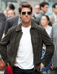 Tom Cruise - on the set of 'Oblivion' outside at the Empire State Building - June 12, 2012 - 376xHQ EhLt2k4U