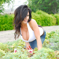 Дениз Милани, фото 4216. Denise Milani Plucking Strawberry., foto 4216