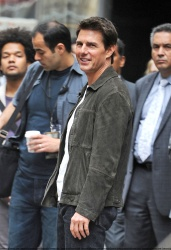 Tom Cruise - on the set of 'Oblivion' outside at the Empire State Building - June 12, 2012 - 376xHQ 5XBKqMSo