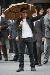 Tom Cruise - on the set of 'Oblivion' outside at the Empire State Building - June 12, 2012 - 376xHQ C90BYgXv