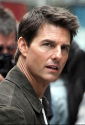 Tom Cruise - on the set of 'Oblivion' outside at the Empire State Building - June 12, 2012 - 376xHQ SqjtXMlN
