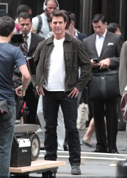 Tom Cruise - on the set of 'Oblivion' outside at the Empire State Building - June 12, 2012 - 376xHQ SNRXmWlL