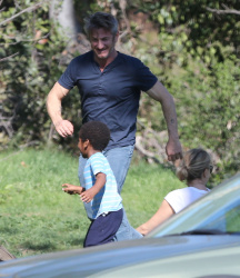 Sean Penn - Sean Penn and Charlize Theron - enjoy a day the park in Studio City, California with Charlize's son Jackson on February 8, 2015 (28xHQ) Zs2v177X