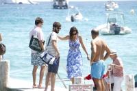 Nina Dobrev with her boyfriend Austin Stowell in Saint-Tropez (July 24) AIRU5Rj2
