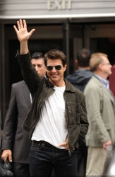 Tom Cruise - on the set of 'Oblivion' outside at the Empire State Building - June 12, 2012 - 376xHQ ZfaUCY13
