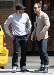 Jake Gyllenhaal & Jude Law - Out And About in East Village 2013.04.27 - 5xHQ Kge7XY3I