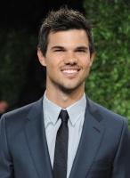 Taylor Lautner - Imagenes/Videos de Paparazzi / Estudio/ Eventos etc. - Página 38 Adg248aa