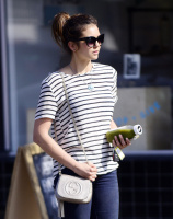 Nina Dobrev heads to a medical building chatting on her cell (June 03) HxQ9XpGd