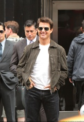 Tom Cruise - on the set of 'Oblivion' outside at the Empire State Building - June 12, 2012 - 376xHQ DA46kgyX