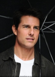 Tom Cruise - on the set of 'Oblivion' outside at the Empire State Building - June 12, 2012 - 376xHQ OdfHt8JW