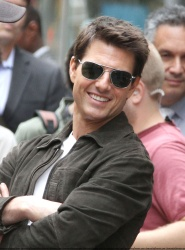 Tom Cruise - on the set of 'Oblivion' outside at the Empire State Building - June 12, 2012 - 376xHQ KBLg1FAX