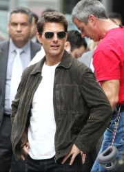 Tom Cruise - on the set of 'Oblivion' outside at the Empire State Building - June 12, 2012 - 376xHQ 7OF6eDXE