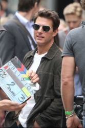 Tom Cruise - on the set of 'Oblivion' outside at the Empire State Building - June 12, 2012 - 376xHQ 4FMFoR5j