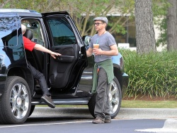 Robert Downey Jr. - leaving a Starbucks and heading to the set of 'Iron Man 3' in Wilmington on May 30, 2012 - 11xHQ IVSanjt2