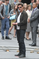 Tom Cruise - on the set of 'Oblivion' outside at the Empire State Building - June 12, 2012 - 376xHQ 9L6nL4zA