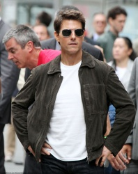 Tom Cruise - on the set of 'Oblivion' outside at the Empire State Building - June 12, 2012 - 376xHQ RT5DB2yZ