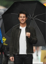 Tom Cruise - on the set of 'Oblivion' outside at the Empire State Building - June 12, 2012 - 376xHQ J9PXLrB7