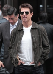 Tom Cruise - on the set of 'Oblivion' outside at the Empire State Building - June 12, 2012 - 376xHQ 777LudJy