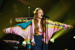 Maggie Rogers - The Late Late Show with James Corden: August 1st 2017