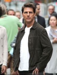 Tom Cruise - on the set of 'Oblivion' outside at the Empire State Building - June 12, 2012 - 376xHQ 4oEIvK4s